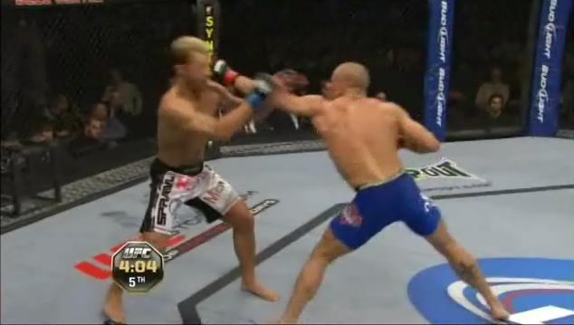 Diretto sinistro sferrato da un combattente di MMA durante un incontro.