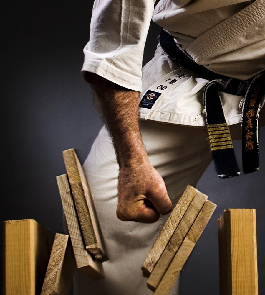 Un karateka spezza una tavoletta