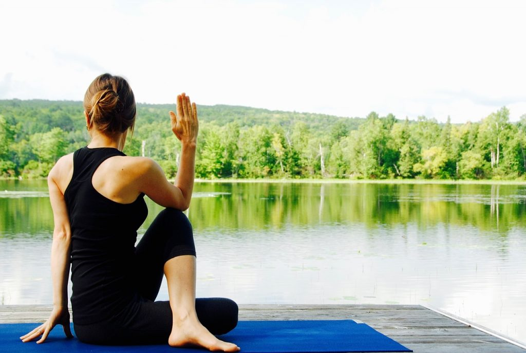Esercizio di torsione nello Yoga