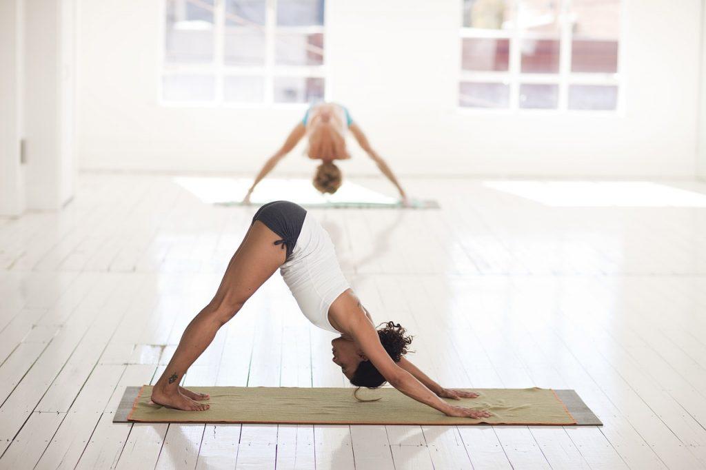 Posizione del cane a testa in giù nello Yoga