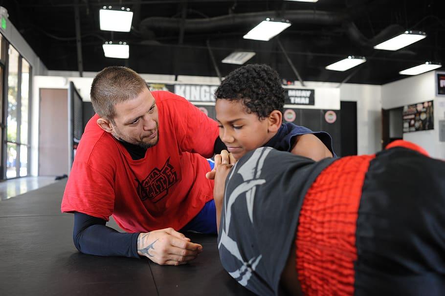 insegnante che insegna a lottare ad un bambino.