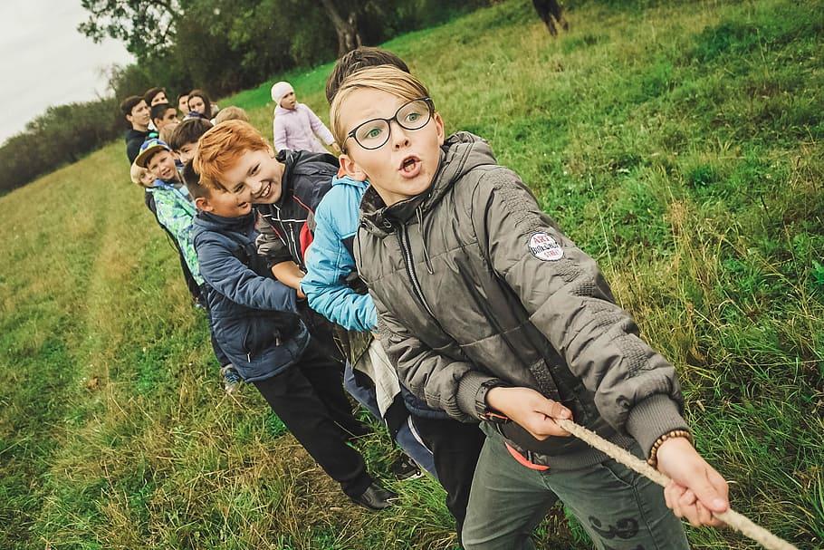 Bambini giocano al tiro alla fune