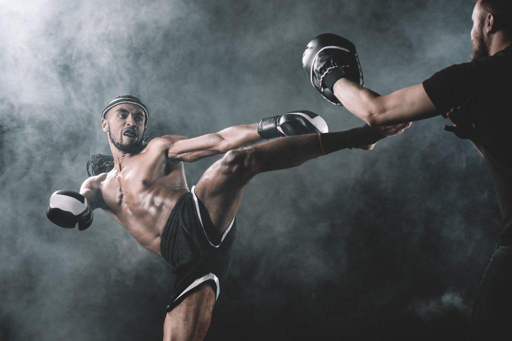 thaiboxer esegue un calcio circolare di tibia