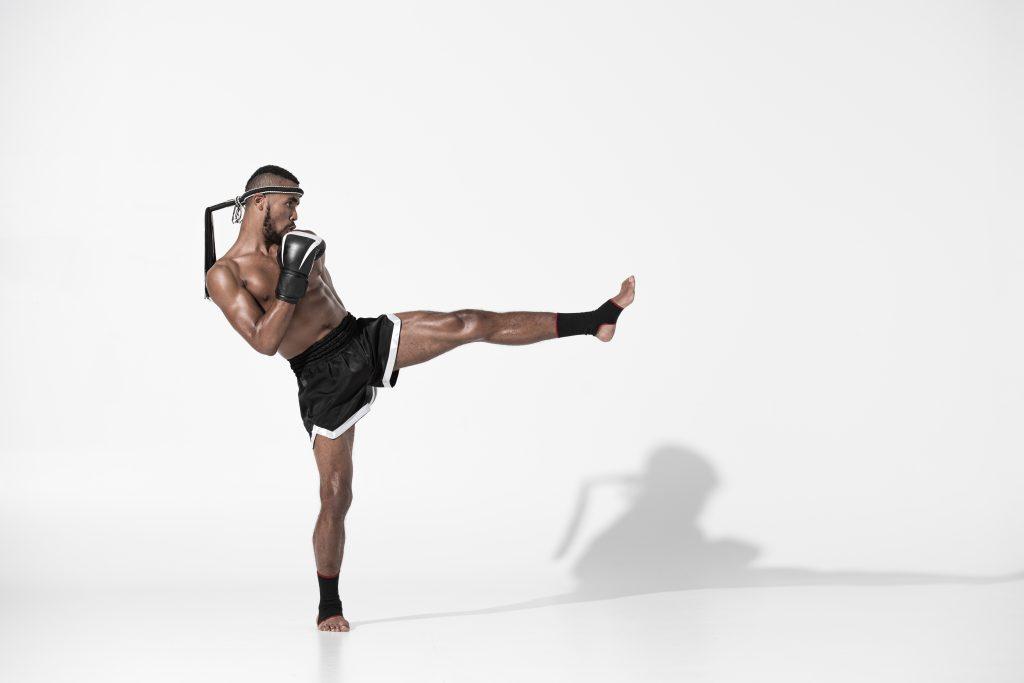 thaiboxer esegue calcio frontale