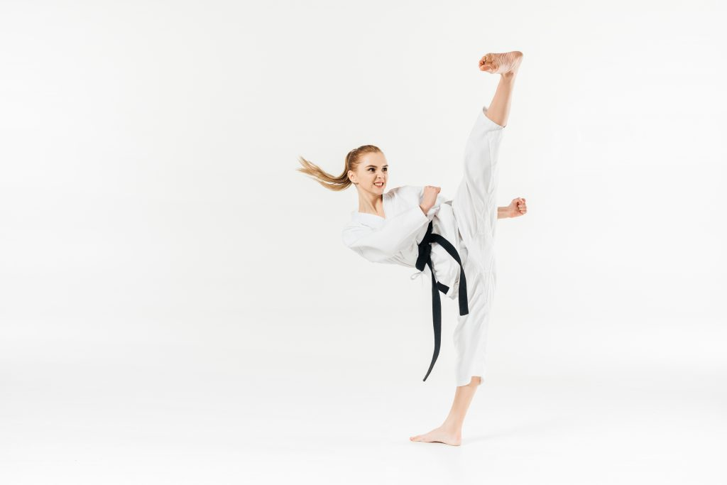 karateka donna esegue calcio laterale alto
